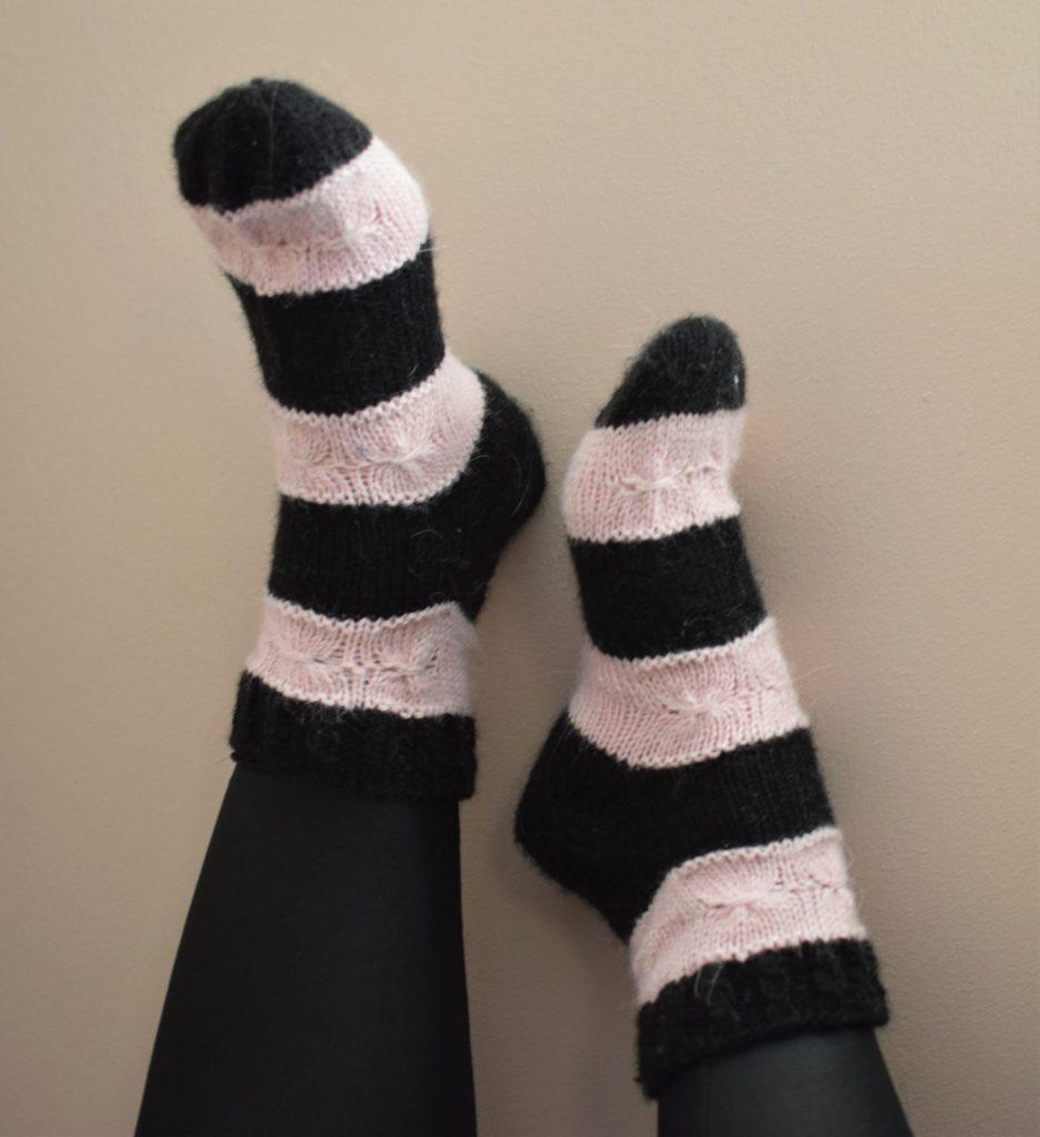 Musta vaaleanpunaiset sukat