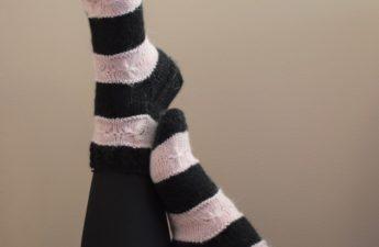 musta vaaleanpunaiset raitasukat